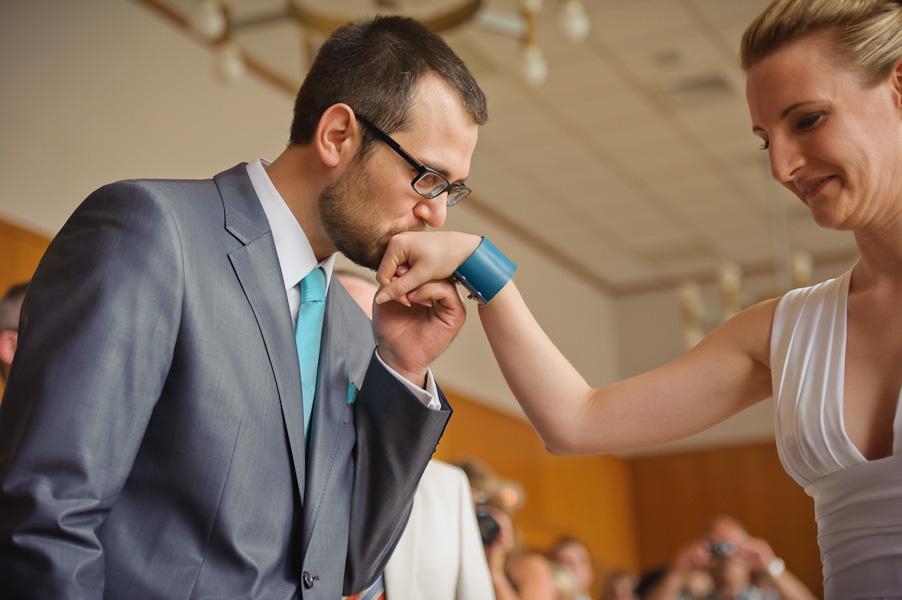 Portrait du futur marié accueillant sa future épouse d'un baise-main