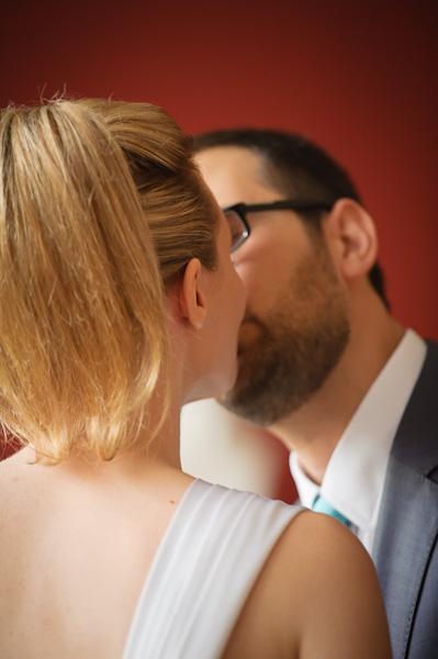 Portrait des futurs époux s'embrassant