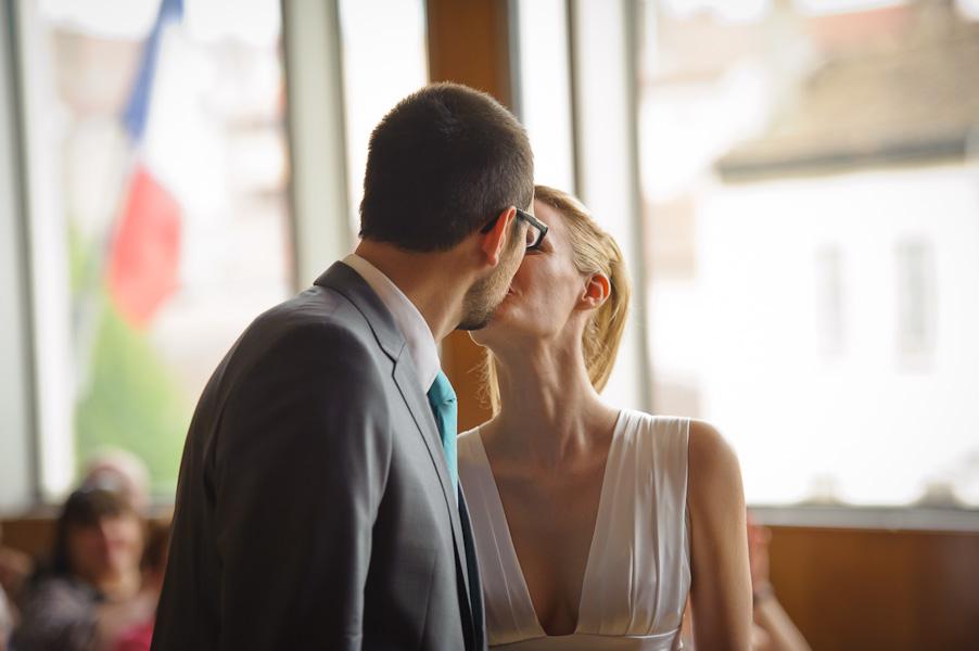 Portrait des mariés s'embrassant après avoir dit oui