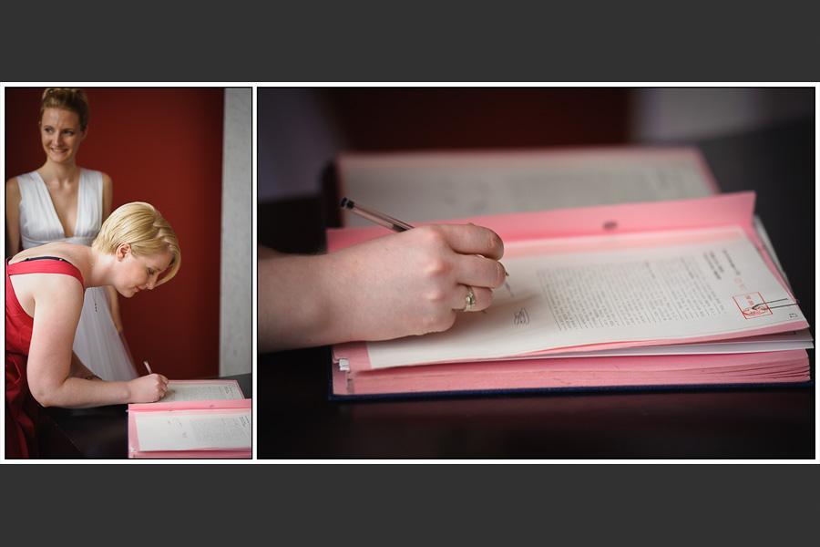 Diptyque d'une des témoins signant les papiers de la mairie accompagnée de la mariée