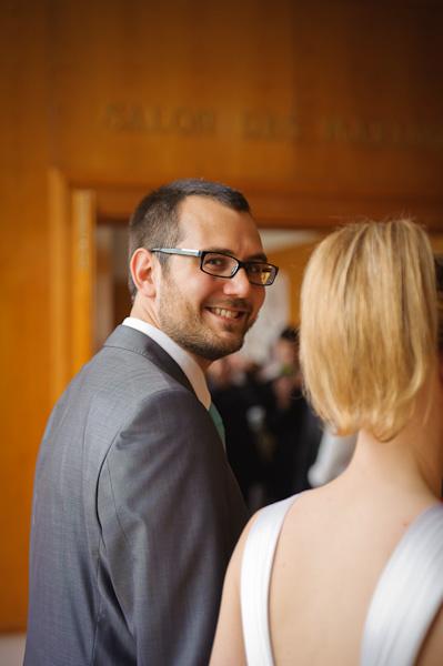 Portrait du marié heureux recevant les félicitations de leurs invités avec sa femme