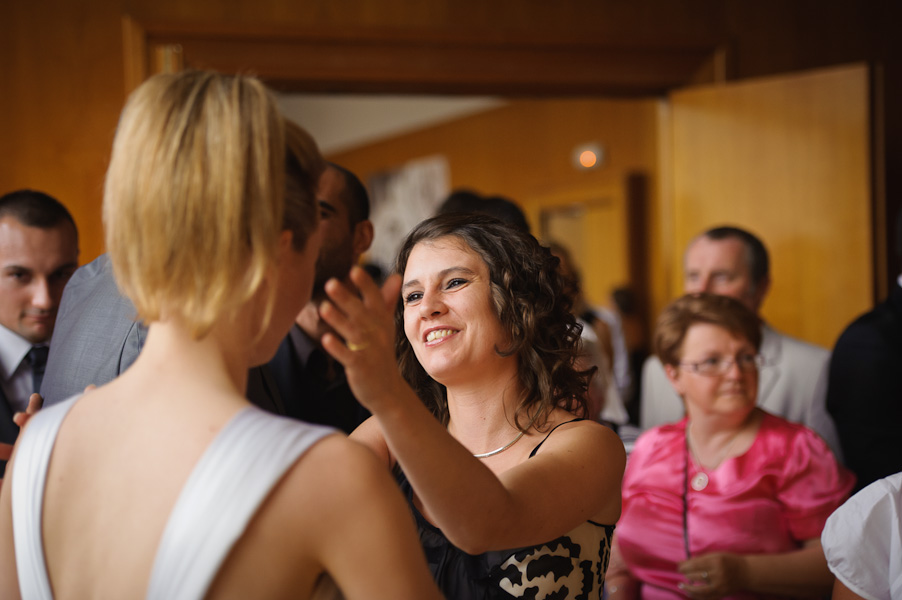 Portrait d'une invité félicitant la nouvelle mariée à bras ouvert