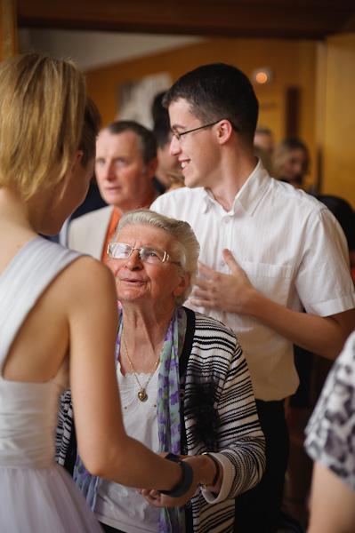 Portrait de la grand-mère de la mariée félicitant sa petite fille