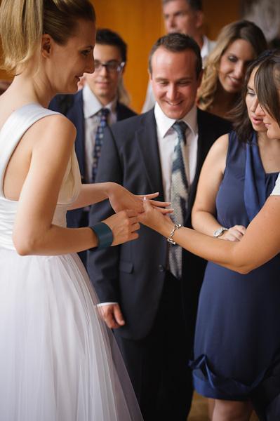 Portrait d'un groupe d'invité regardant la belle alliance de la marié