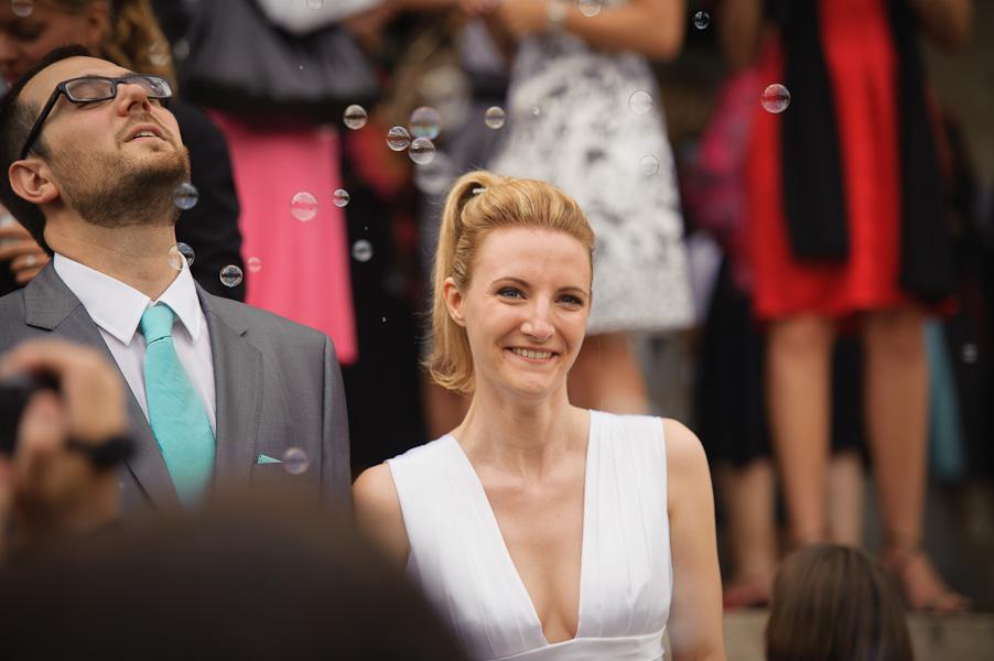 Portrait d'un couple de mariés heureux à la sortie de la mairie