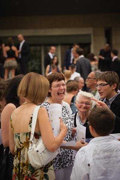 Portrait d'un groupe d'invités riant aux éclats