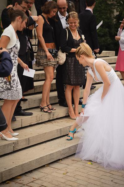 Portrait de la mariée montrant ses jolies chaussures turquoises à ses invitées
