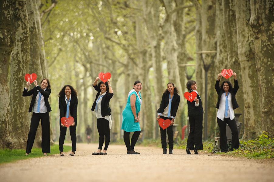 Portrait d'un groupe de jeune filles portant des coeurs sur lesquels sont inscrit le nom de la future mariée