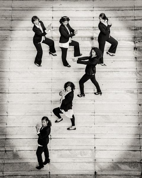 Portrait de six filles déguisées en homme immitant des poses de james bond en formant le 7 de 007