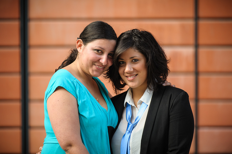 Portrait de deux jeunes femmes se tenant dans leur bras